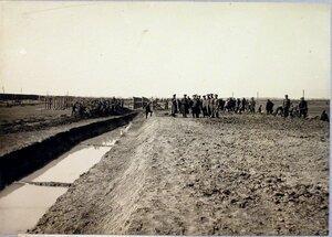 Солдаты около насыпи для двух путей и двух строящихся платформ.
