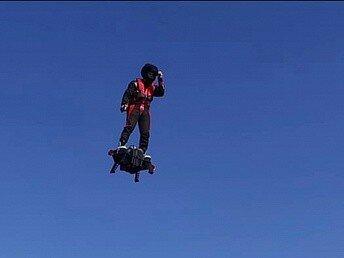 Фрэнк Запата представил свою первую в мире доску Flyboard Air, на которой можно летать стоя