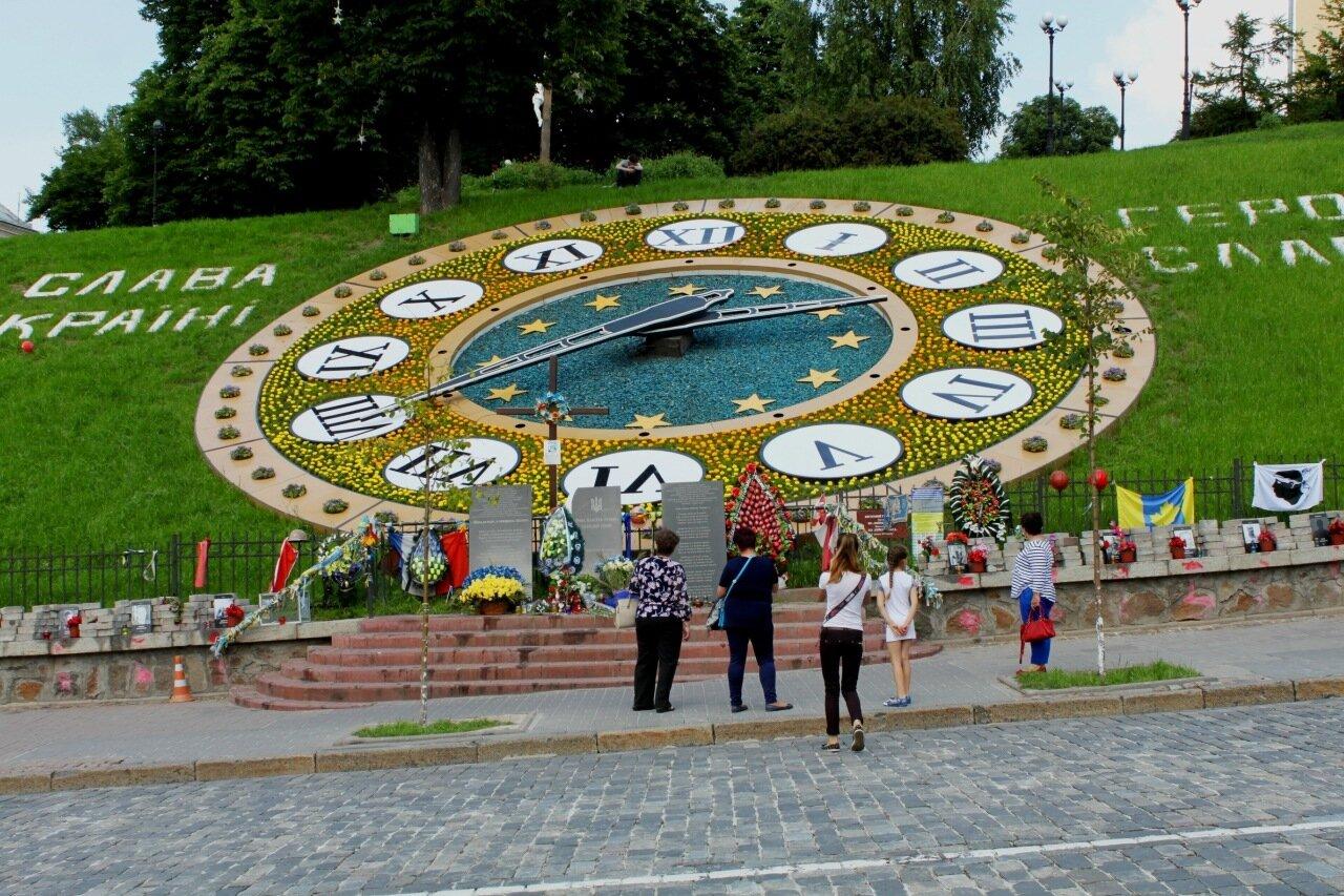 Мемориал под цветочными часами