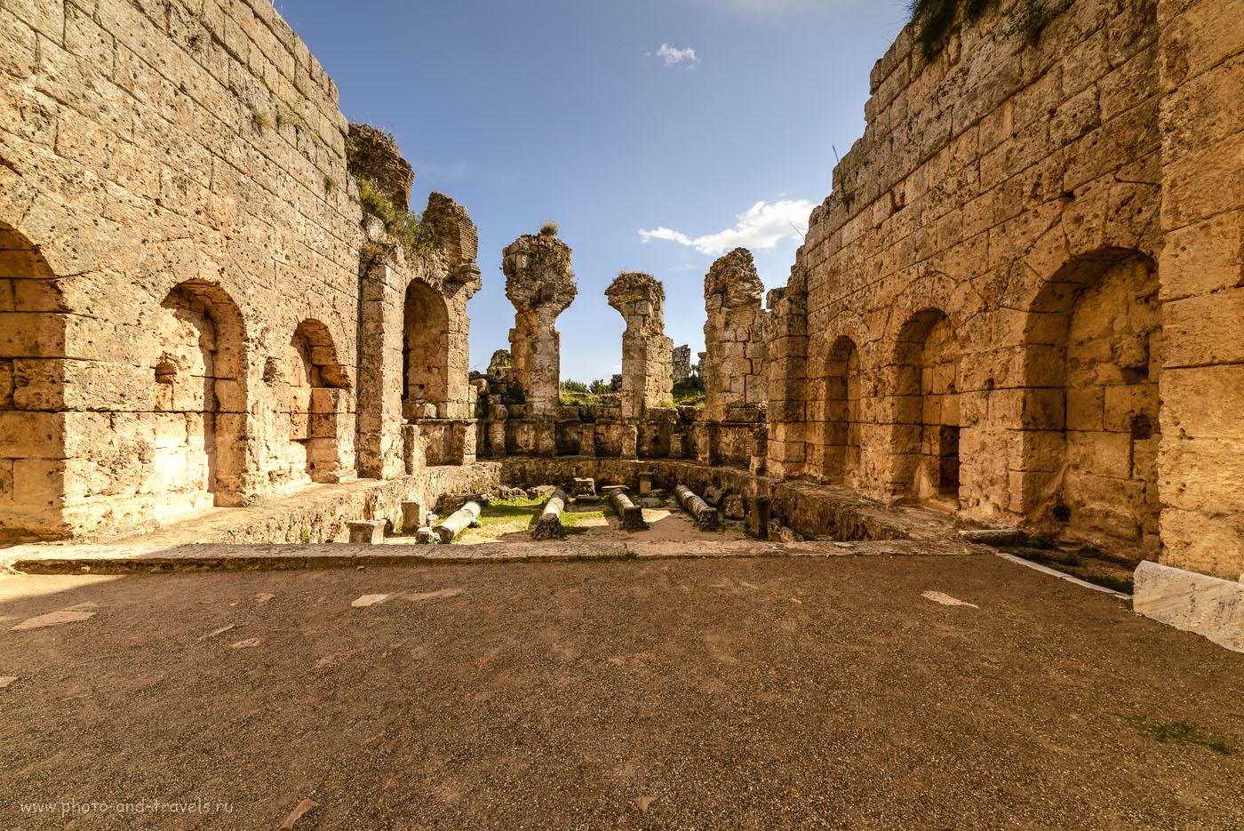 Фото 27. Дворик у входа в Римские бани. Отчет об экскурсии в Перге. Объектив Самъянг 14мм, тонмаппинг.