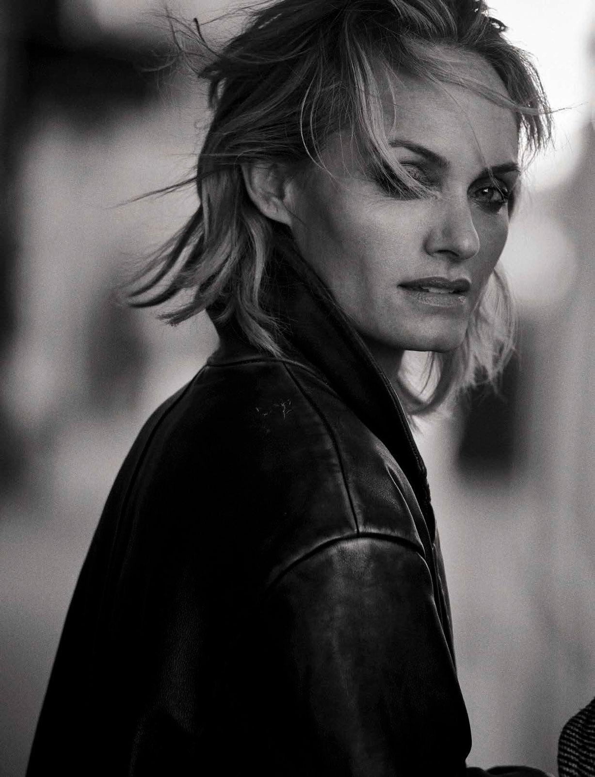 Amber Valletta - Walking by Peter Lindbergh - Vogue Italia october 2016