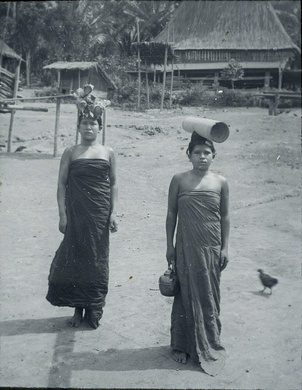 Девушки на пути к колодцу