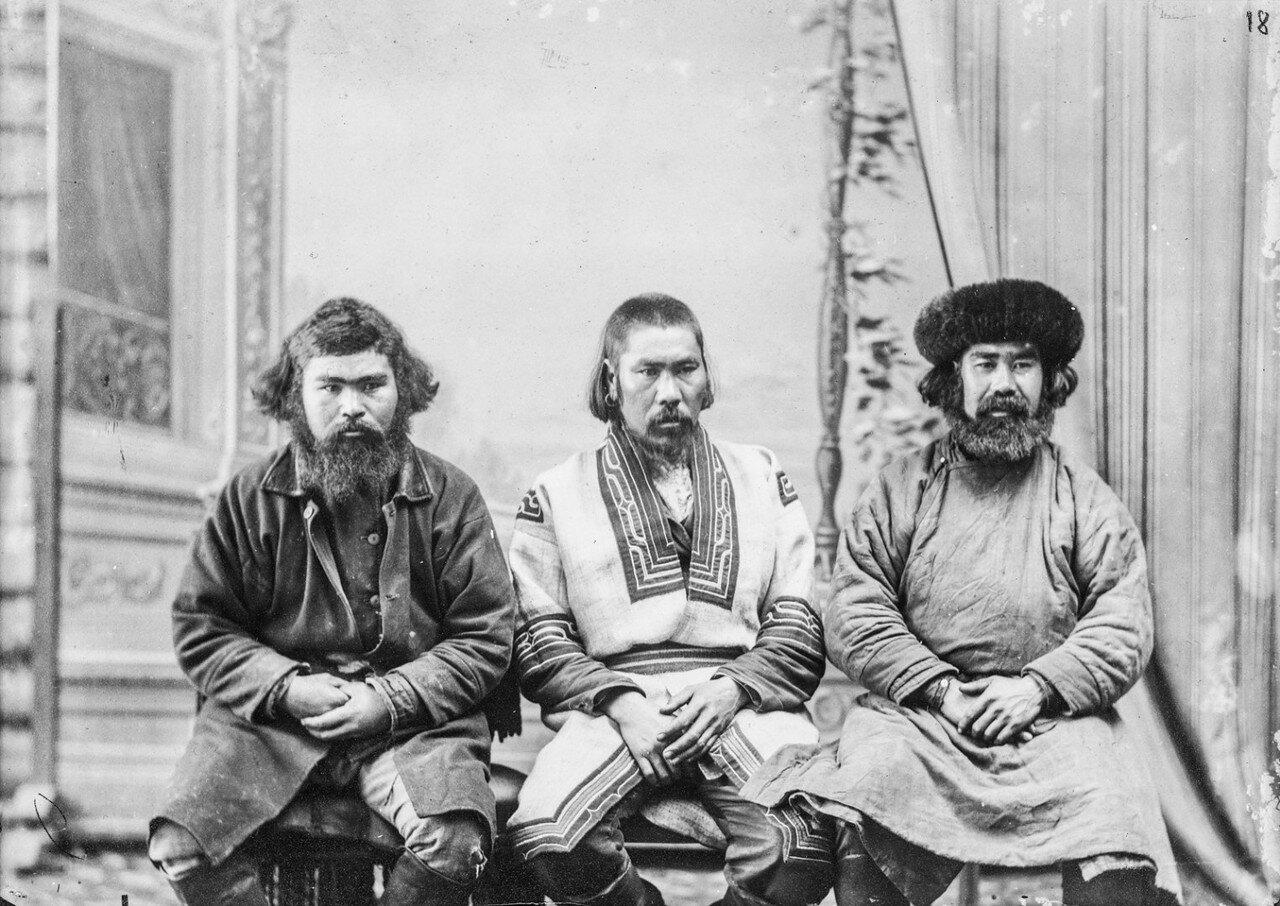 Антропометрический снимок троих айнов в своих костюмах в студии