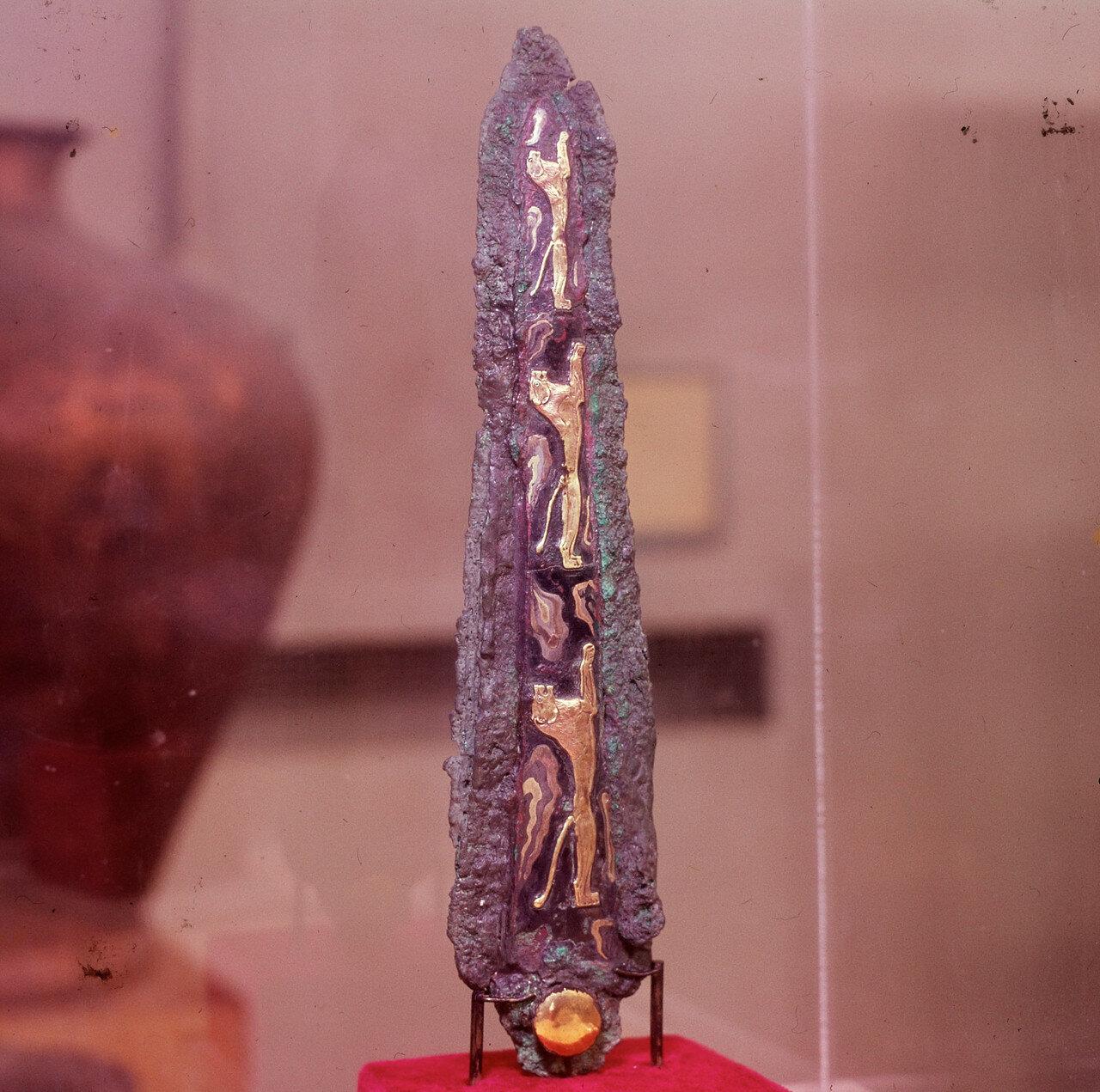 Микенский кинжал из могилы IV.  Молодые львы. Бронза, инкрустированная золотом, серебром, электрумом, чернью. Конец XVI в. до н.э. Инв 395.