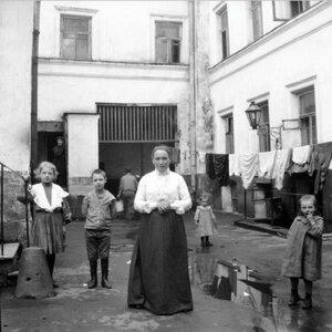 1904. Женщина с детьми во дворе
