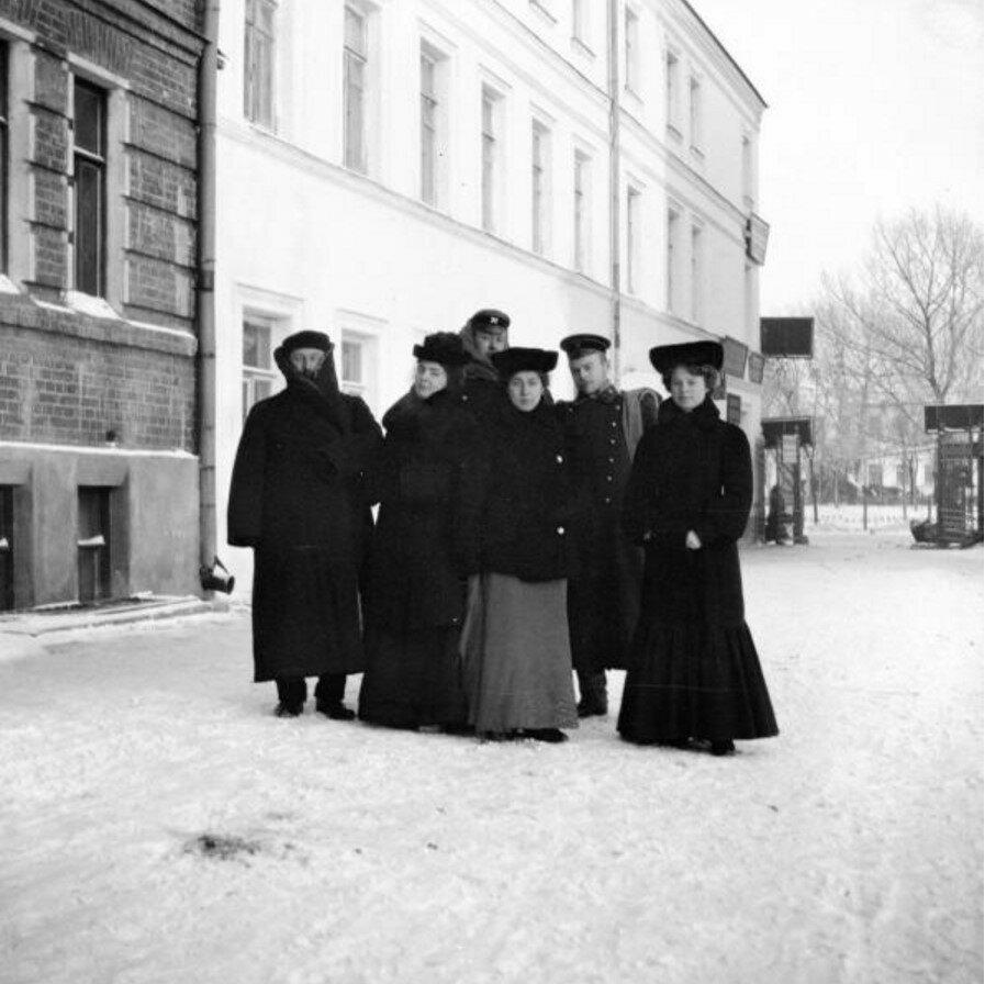 1904. Около квартиры Берензон