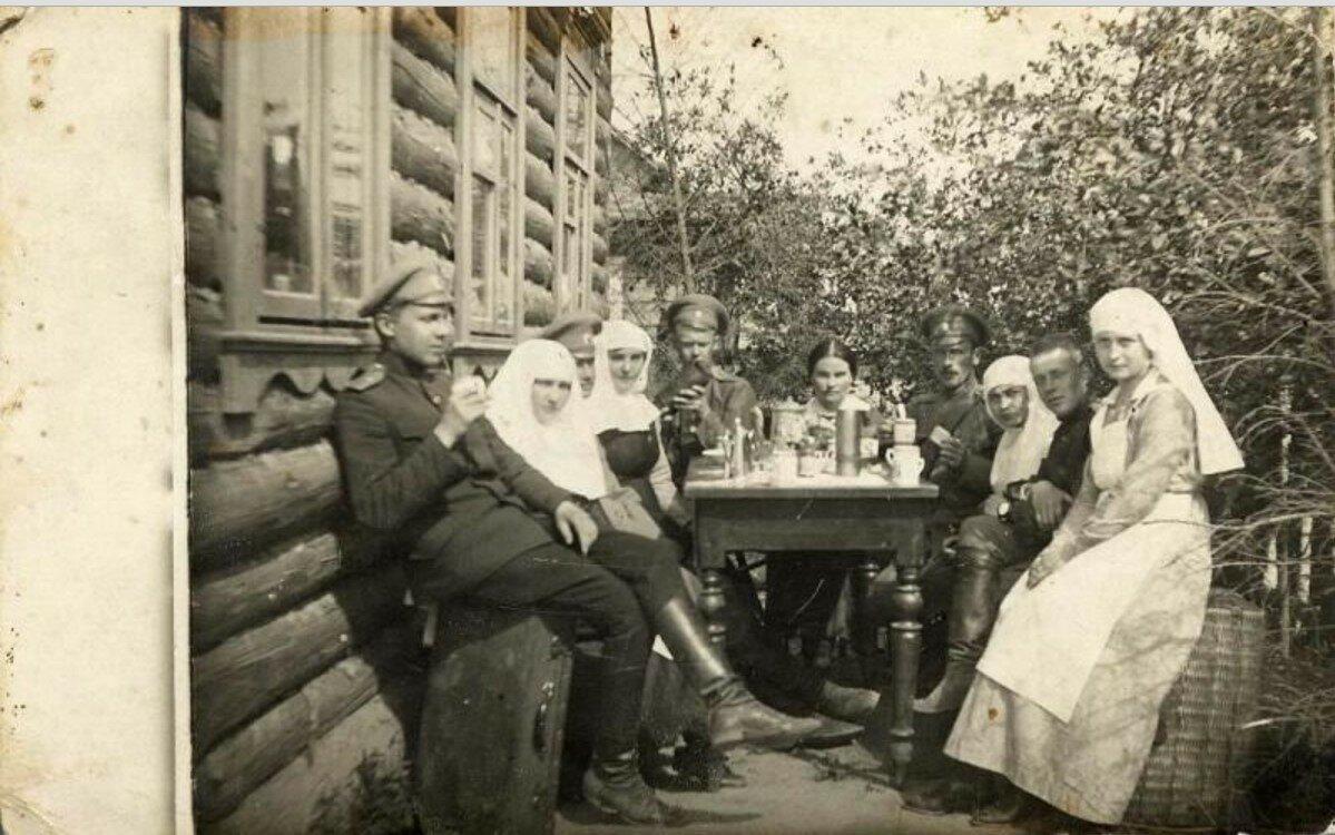 1910-е. Чаепитие во дворе лазарета