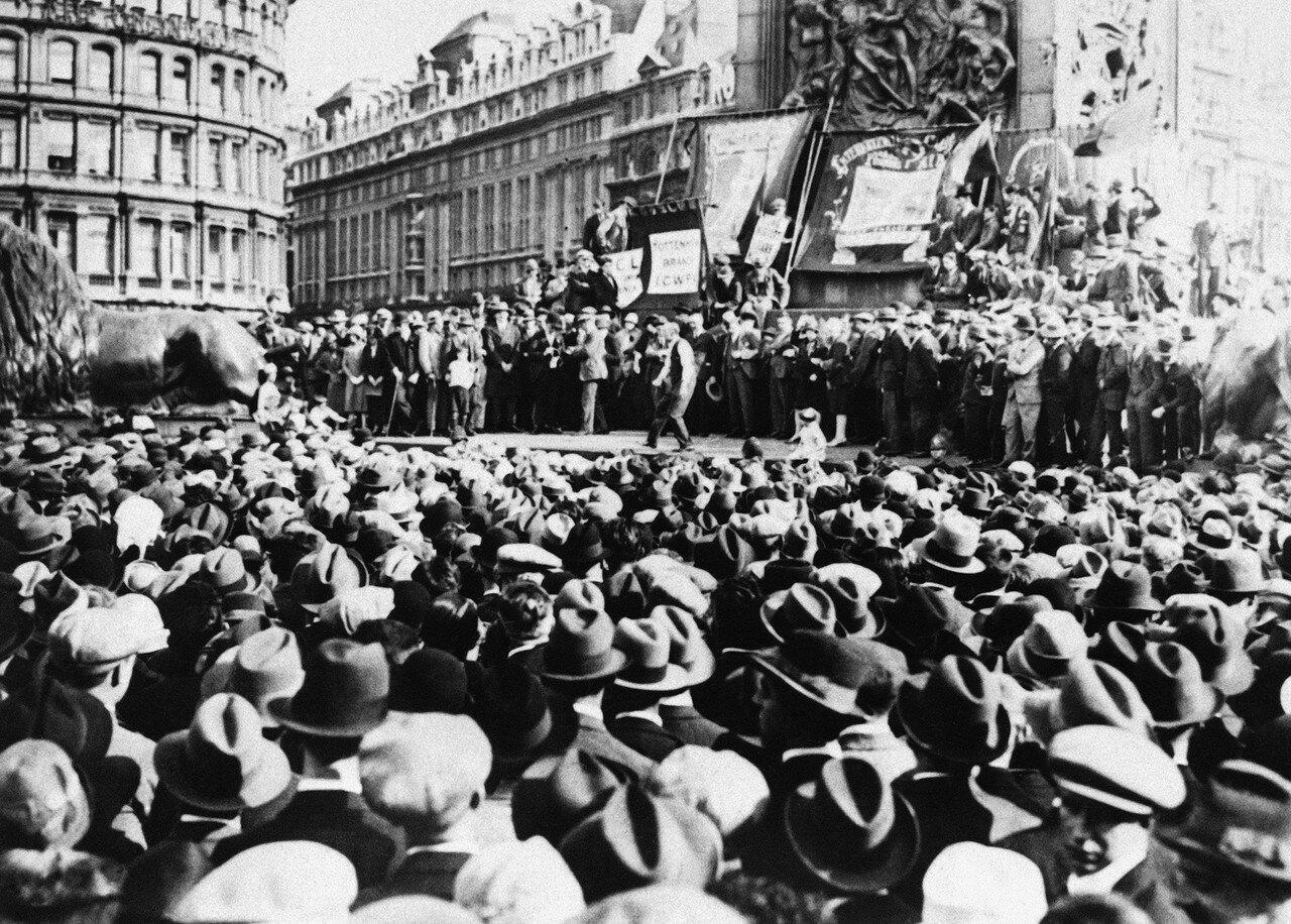 1927. 26 сентября. Американский флаг был разорван во время демонстрации в память о Сакко и Ванцетти. В демонстрации и траурном митинге приняли участие около 10000 человек