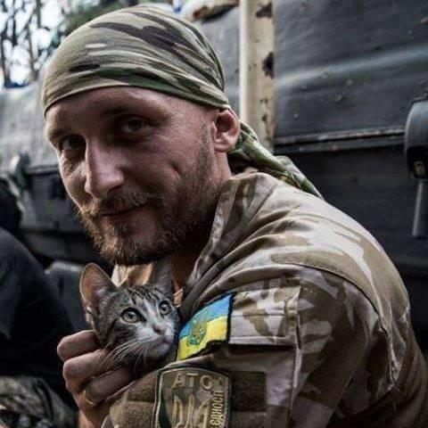 """""""Иногда мир спасает не красота, а небритые люди с усталыми глазами, и мы перед ними в неоплатном долгу!"""": Сеть взорвало трогательное фото украинского воина"""