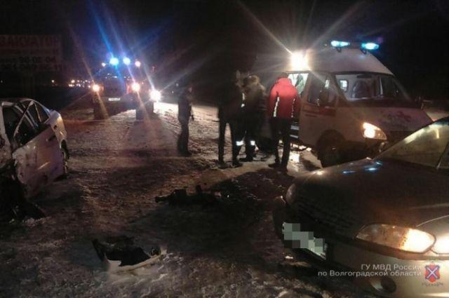 Три человека пострадали в итоге  лобового столкновения иномарок вВолгоградской области