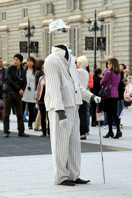 Мадрид. Уличный актер, изображающий человека-нивидимку