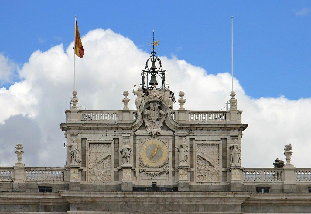 Мадрид. Королевский дворец (Palacio Real). Главный фасад. Фонотон счасами