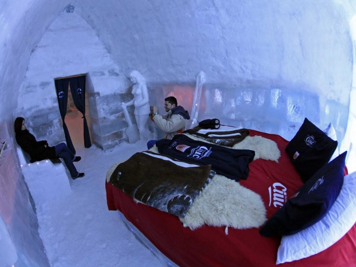 7. Проведите ночь в ледяной гостинице, расположенной в горах Фэгэраш недалеко от Бухареста, Румыния.