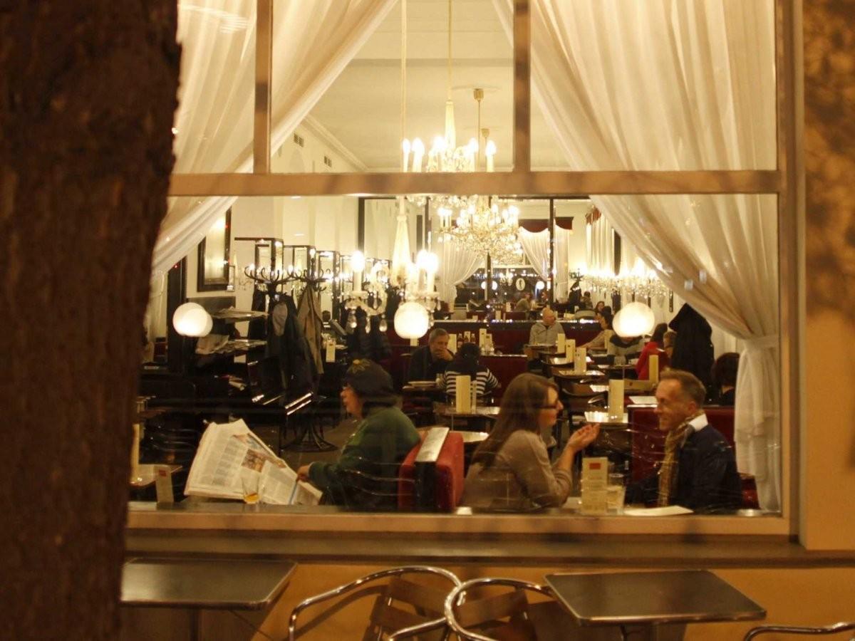 99. Выпейте кофе в знаменитой венской кофейне.