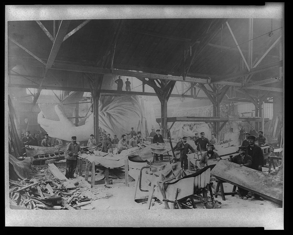 3. Фото из Библиотеки Конгресса США: рабочие в мастерской Бартольди в Париже собирают первую модель