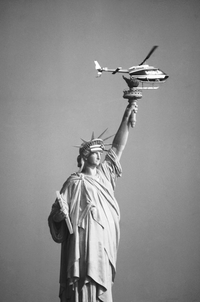 39. Вертолет над статуей Свободы в Нью-Йорке, 25 октября 1977 года. Более двух десятков демонстранто
