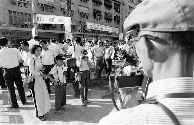 Однако в его небольшом росте были свои неоспоримые плюсы: в толпе фотографов, где все толкаются и пи