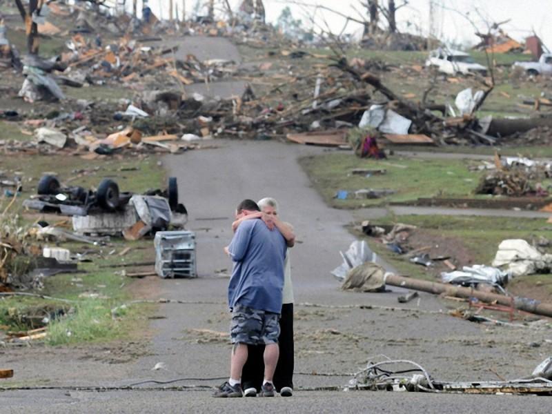 18. Мать и сын в Конкорде, Алабама, около своего дома, который был полностью разрушен торнадо. Апрел