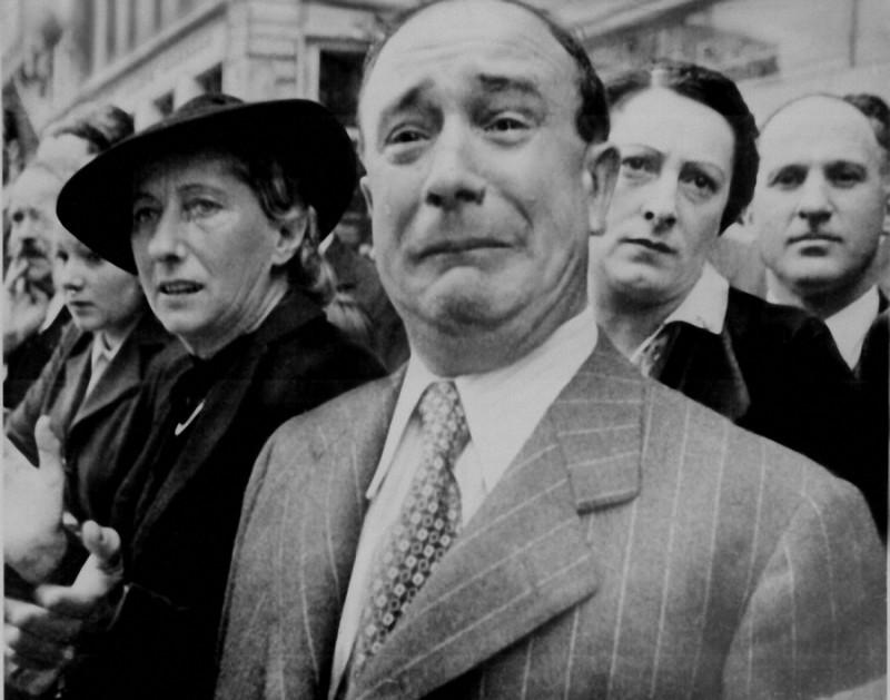 22. Французские граждане при входе нацистов в Париж во время Второй мировой войны.