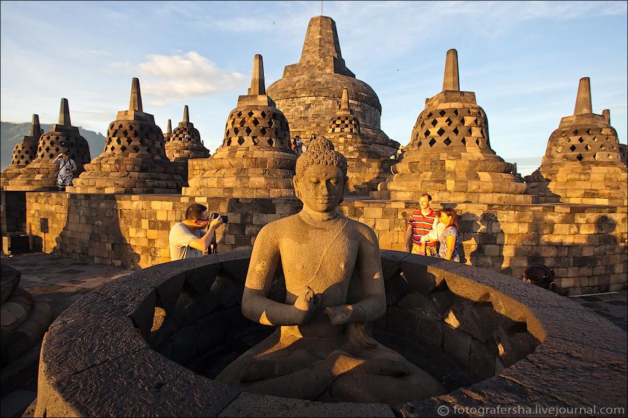 А на третьем ярусе из шестнадцати ступ только одна имеет Будду с головой, а одна ступа вообще пустая