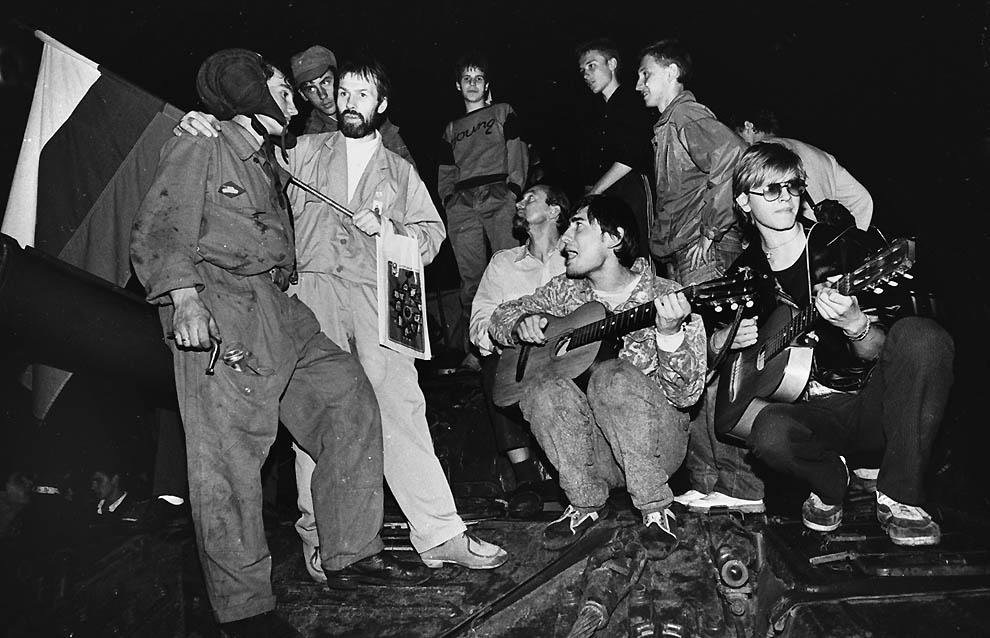 10. Демонстранты играют на гитарах и общаются с солдатами перед Белым домом 20 августа 1991 г. (Alex