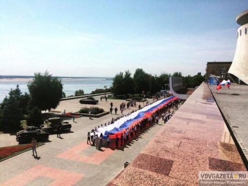 Волонтеры пронесли поВолгограду 80-метровый флаг Российской Федерации