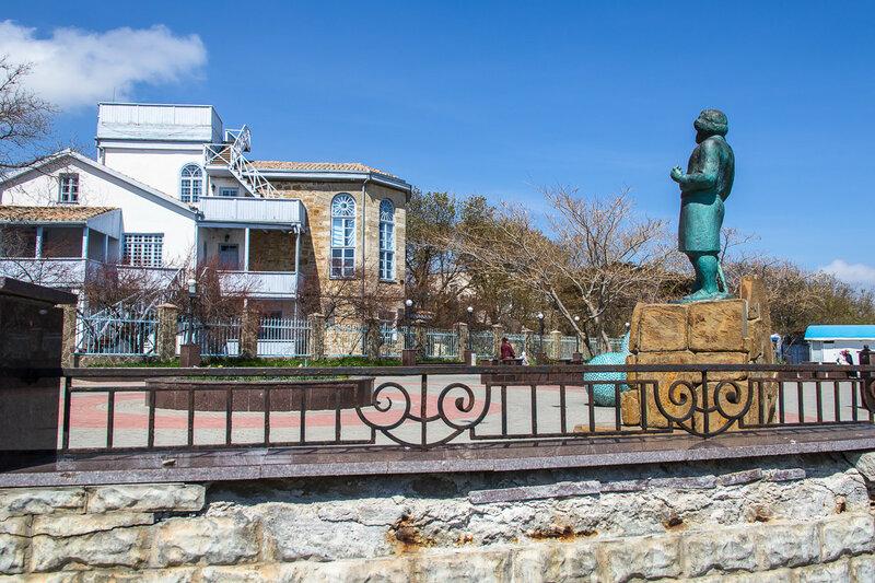 Памятник Максимилиану Волошину на Коктебельской набережной