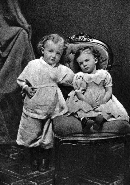 Ленин в 4-летнем возрасте с сестрой Ольгой. Симбирск, 1874.jpg