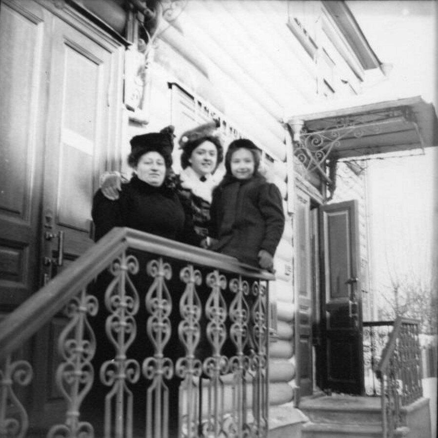 1900-е. На крыльце во дворе
