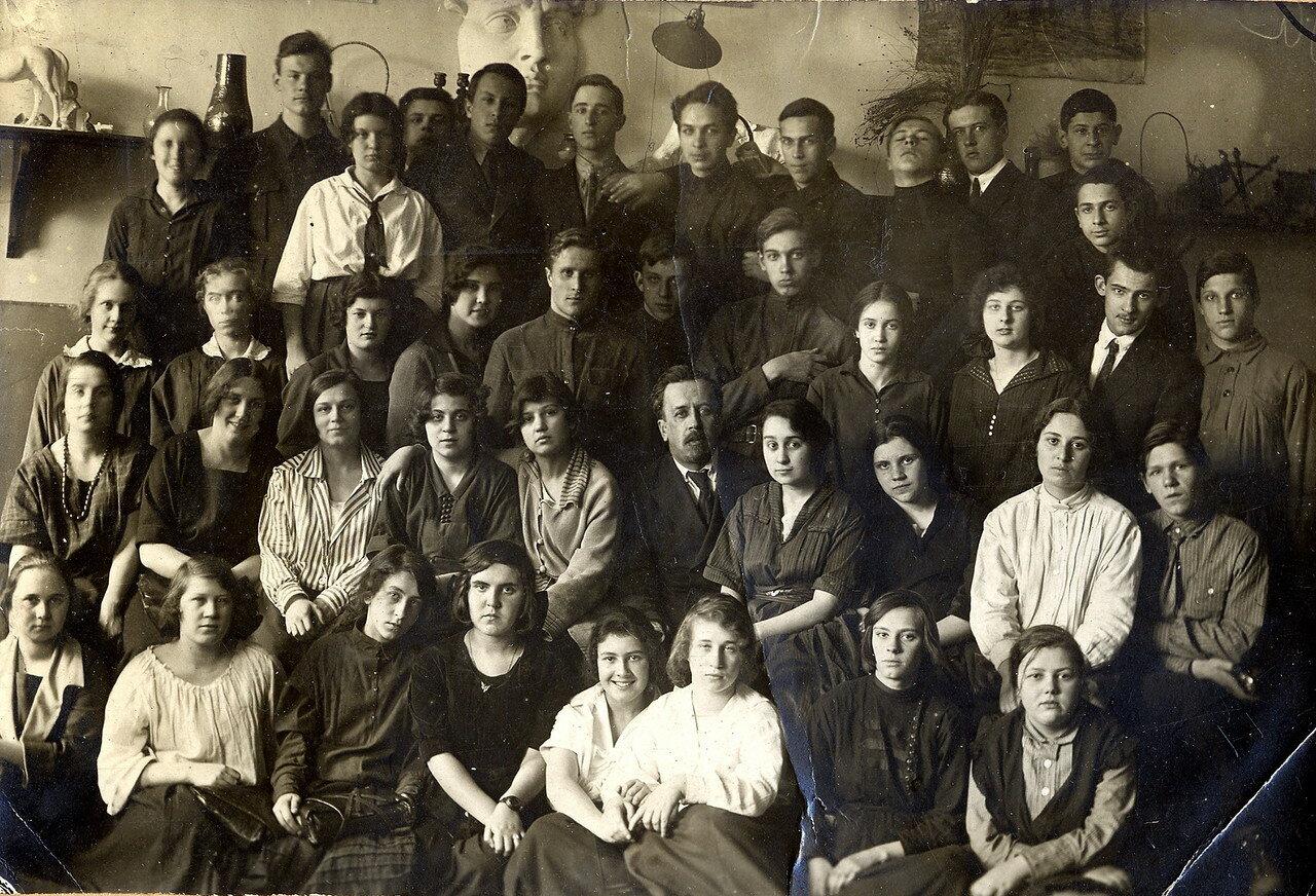 1923. Берта Лясс среди учеников 7-й опытной школы МОНО