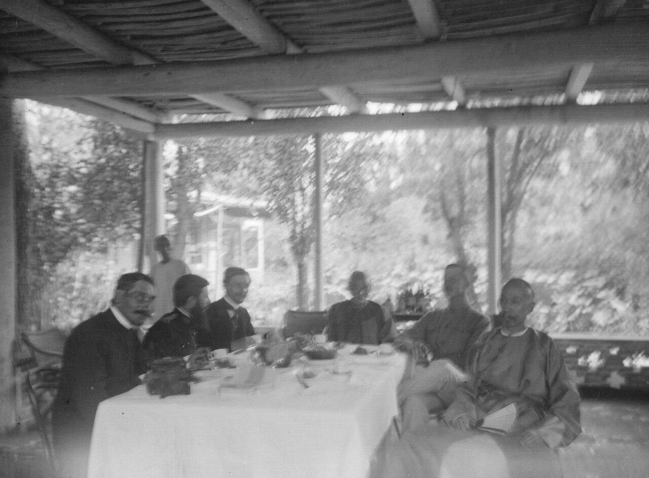 Ужин в доме кашгарского даотая. За столом даотай, его адъютант, Маннергейм, фотограф Шарль Нуэтт,  военный врач Луи Вайан и руководитель французской экспедиции Поль Пеллио. 1906, до 10 октября