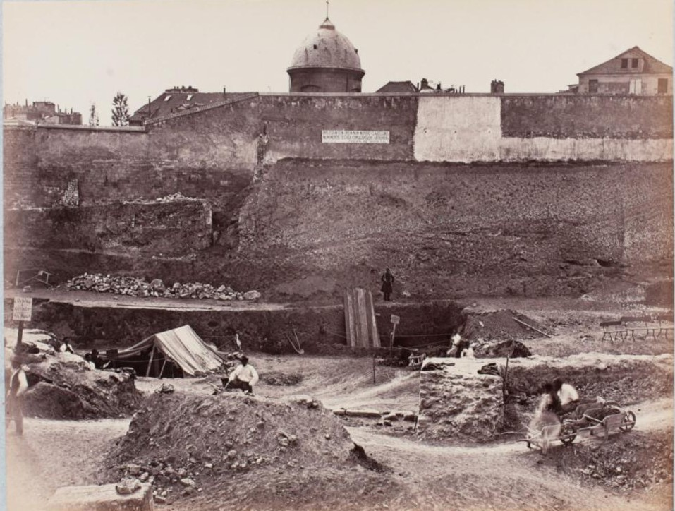 Раскоп, где были найдены скелеты