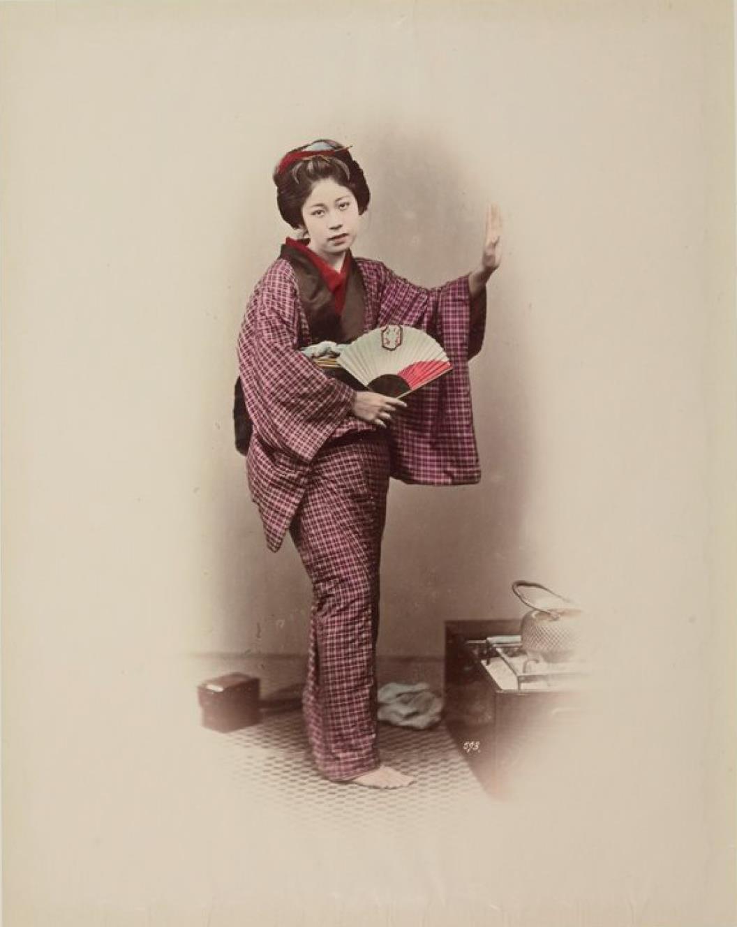 Молодая женщина с веером