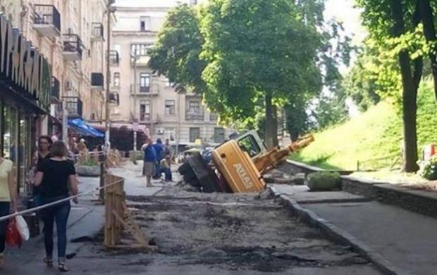 Не смог штурмом взять Золотые ворота: В центре Киева трактор провалился в асфальт (фотофакт)