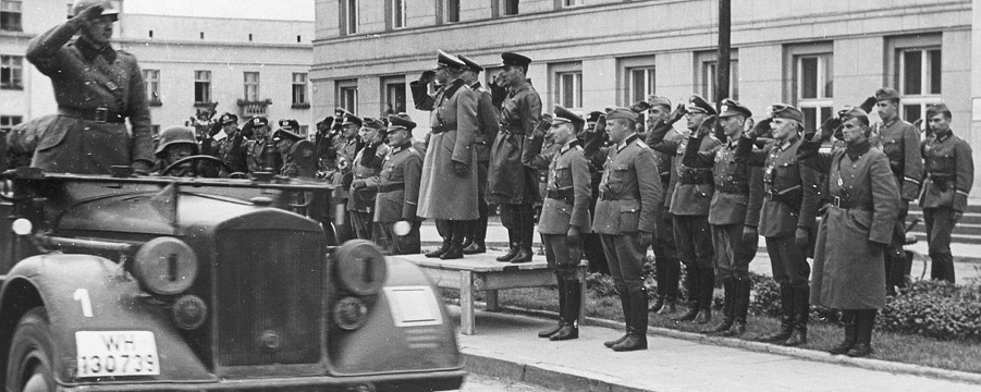 Генерал Гудериан и комбриг Кривошеин приветствуют немецкие воска на параде в Бресте.png