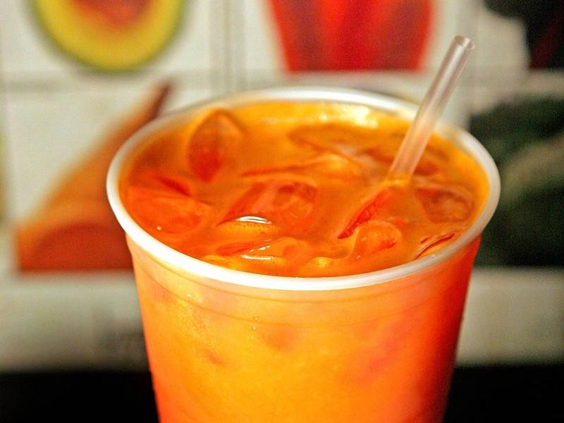 1. Морковный сок — очень вкусный и полезный напиток… если употреблять его в умеренном количест