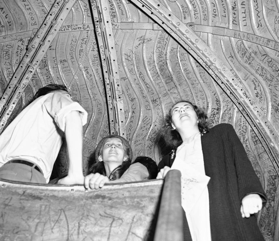 17. Туристы изучают надписи на внутренней части короны статуи Свободы, 4 августа 1946 года. Многие п