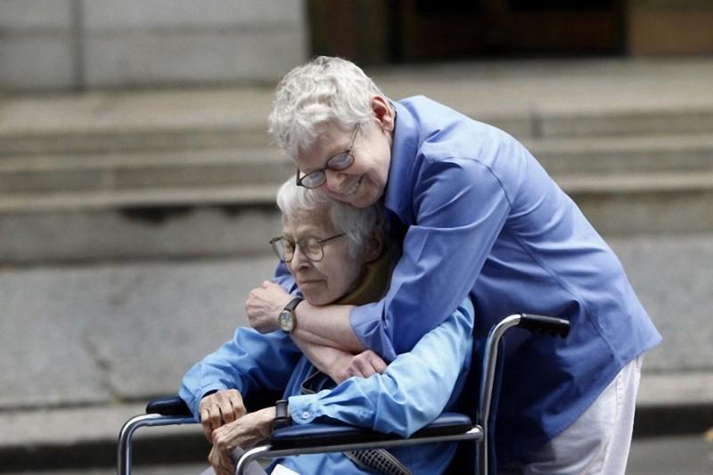 20. Филис Сигал, 76 лет, и Конни Копелов, 84 года. Первая однополая пара, зарегистрировавшая брак в