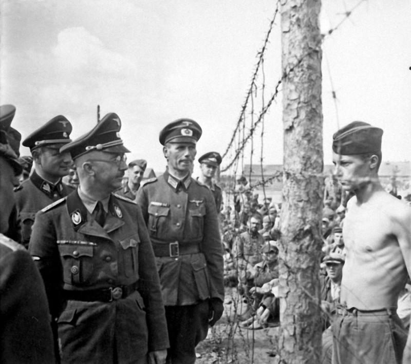 23. Солдат Гораций Грисли и Генрих Гиммлер во время осмотра последним лагеря, в котором Гораций был