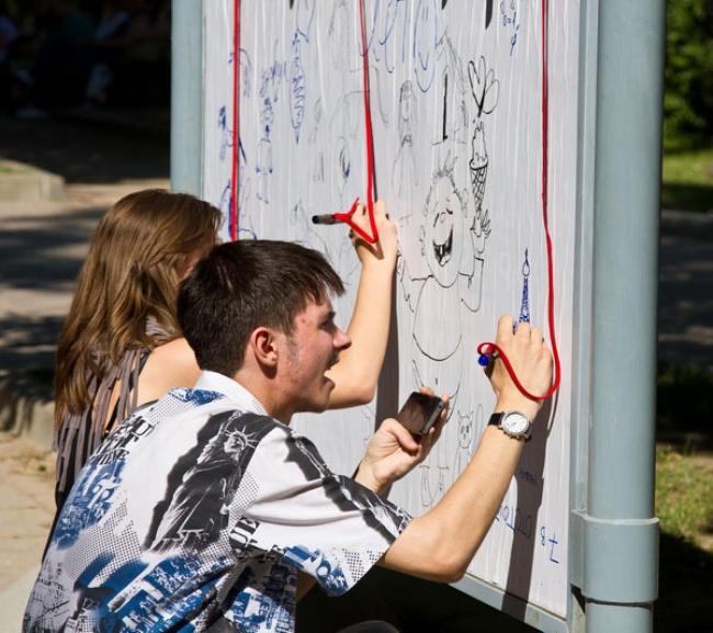 ВДень защиты детей вМоскве появились чистые постеры сподвешенными маркерами вкачестве приглашени