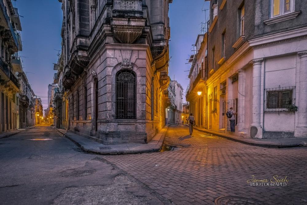 Хочется разглядеть каждую деталь атмосферной Гаваны иееизящных зданий.