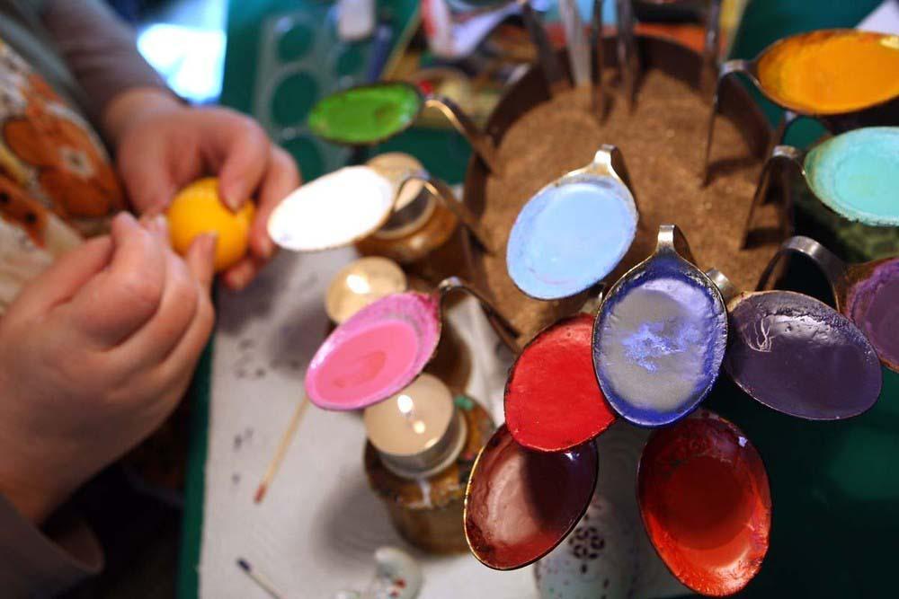 12. В качестве красок используется крашеный расплавленный воск. (Photo by Adam Berry)