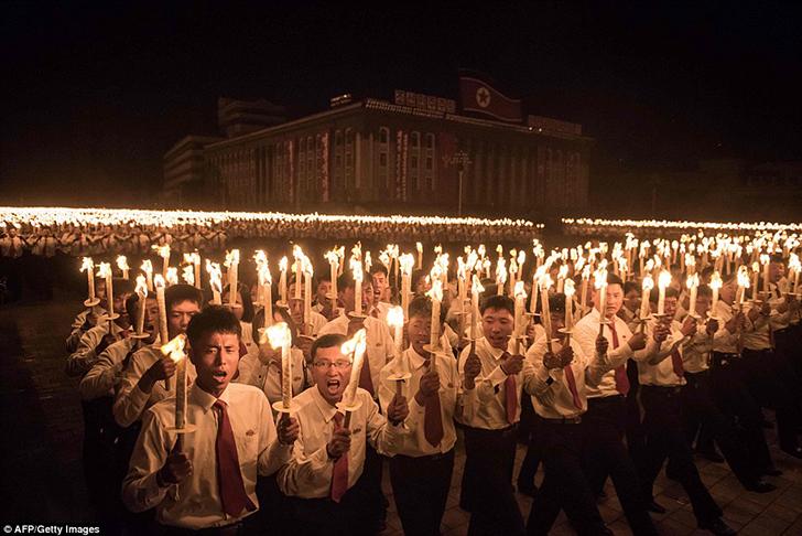 Корейцы поют и держат факелы во имя своего лидера Ким Чен Ына. По итогам съезда были обещаны экономи