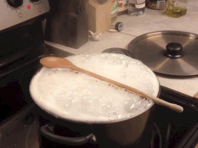 2. Деревянная ложка не спасет плиту от убежавшей воды из кастрюли. Смысл лайфхака в том, чтобы полож