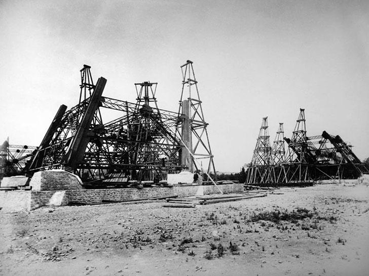 Эйфелева башня в 1887 году. Изначально не предполагалось, что этот памятник инженерной мысли будет п