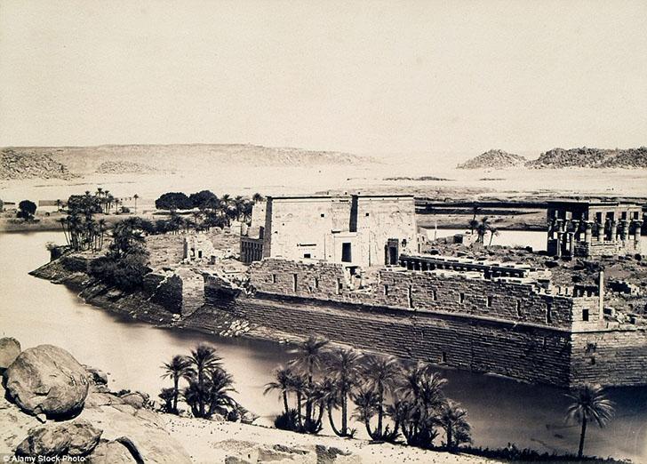 На копии фотографии Антонио Беато виден первоначальный остров Филы, на котором был расположен храм И