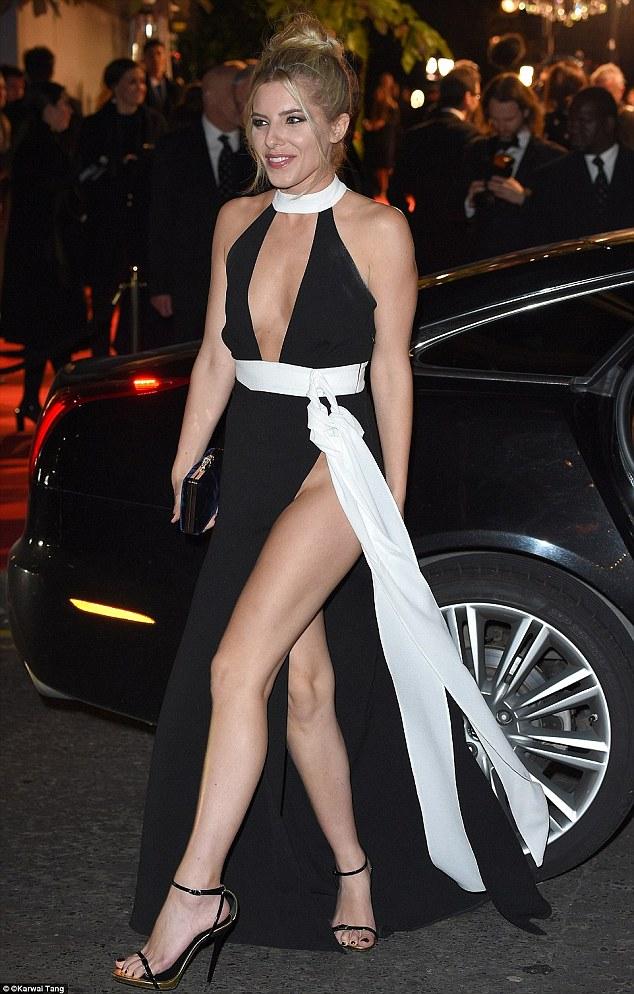Певица Молли Кинг не испугалась холода в ноябре на премии British Fashion Awards и вышла в открытом