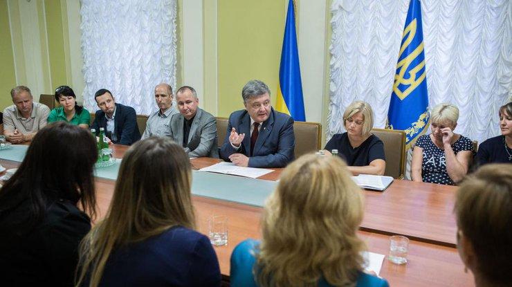 Порошенко встретился сродственниками расположившихся вплену убоевиков украинцев