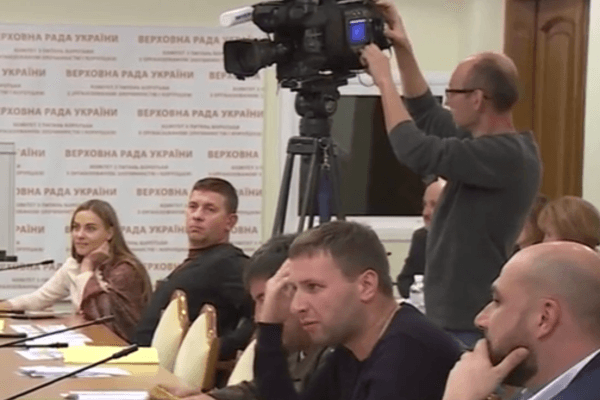 Парасюк вРаде возмутился, что репортеры снимают его телефон