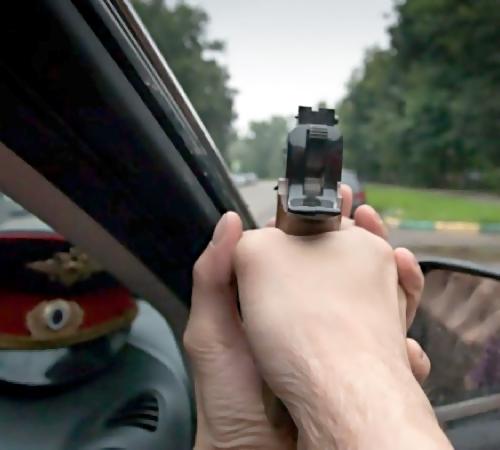 Нетрезвый автолюбитель провез полицейского накапоте десятки метров